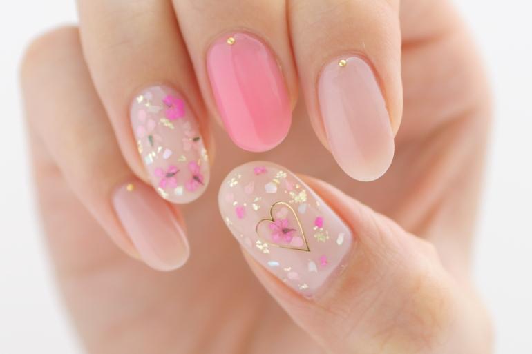 ピンクがかわいい押し花ネイル