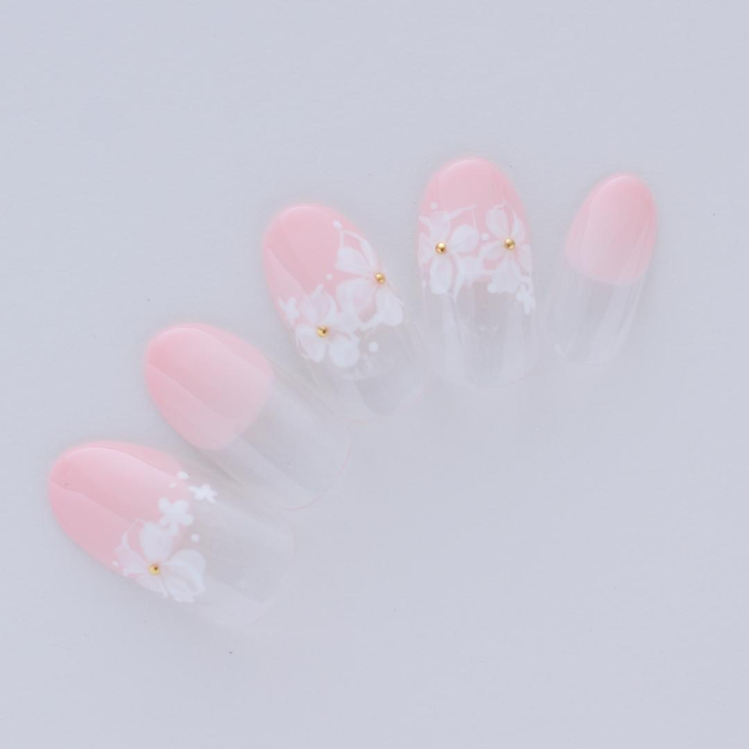 フレンチネイルに小花を添えたブライダルネイル